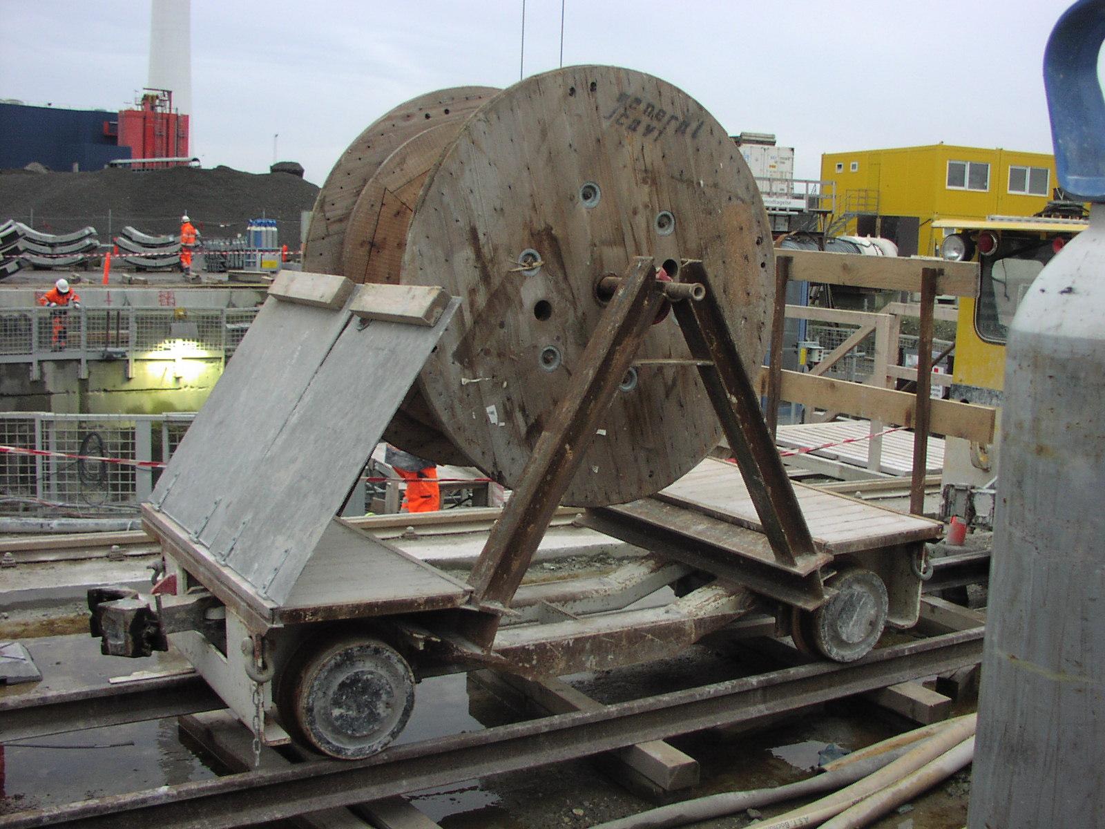 Fig. 4. Elementvogn ombygget til kabelvogn. Også den stod på grund af de ringe pladsforhold i tunnelen på jordoverfladen. Foto: BH 08.12.2006.